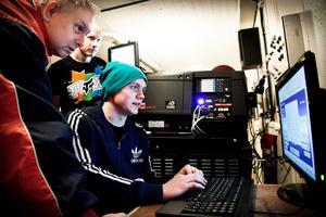 Anton Lundin testkör datorn som hör till den nya digitala projektorn.