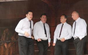 Sång efter vigseln. Det svarade den här kvartetten för. Foto: Eric Salomonson