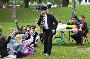 Varietéartisten Mr K fick barnen att skratta förtjust när årets parklek i Stenebergsparken invigdes.