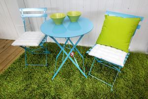 En färgklick för den lilla altanen eller balkonen blir det med knalligt turkosa stolar och bord (set för 700 kronor). Med vita dynor (55 kronor) och en gräsgrön kudde (65 kronor) blir det ett riktigt blickfång. Plussa på med matchande skålar (35 kronor) och en härligt gräsliknande matta (995 kronor) så är balkongen inredd och klar för lata stunder. Från Ove Janssons.