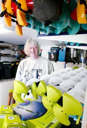 """Fiske är livet för nyblivna svenska mästarinnan Susanna Karlsson, Strömsund, och hennes familj. I somras ställde hon i ordning ett helt förråd enbart för fiskegrejerna som bevisligen är en hel del. I förgrunderna isborrar i mängd. """"Vi har tre olika sorters borrar för olika typer av is"""", säger Susanna Karlsson."""