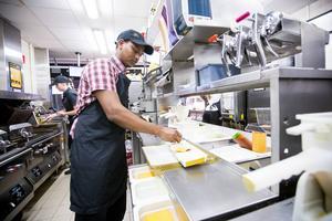 Arkivbild från McDonalds i Valbo. På bilden syns medarbetaren Abdi Rashid Daher.