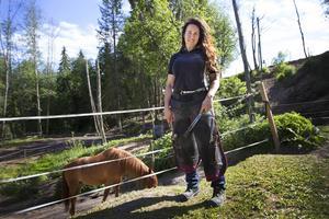 Jessica Hassel är en egenföretagare som lägger allt krut på sitt yrke, hovslageri.