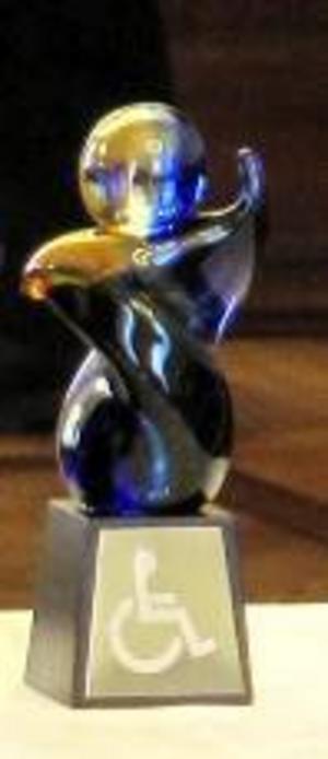 Den fina glasskulpturen delas ut till förtjänta personer.