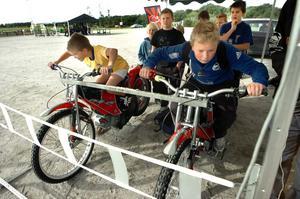 Koncentrationen är på topp när klasskamraterna Felix Löf och Malcolm Öholm mäter sin reaktionsförmåga på Kumlaindianernas speedwaycyklar.