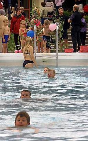 Arkivbild. För dyrt? Nästan 200 barn firade simskoleavslutning på Fjärran höjder i fjol. Den här sommaren har intresset varit betydligt svalare. Catharina Almlöf, ordförande i Svenska Livräddningssällskapet, tror att det är prishöjningen som är orsaken.