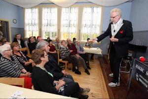 Trollkarlen Christer var sist ut under den en timme långa föreställningen i Huskölen skola.