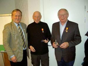 NTF:s ordförande Per Söderberg tillsammans med silvernålsmottagarna Bengt Nyström och Gösta Sollén.