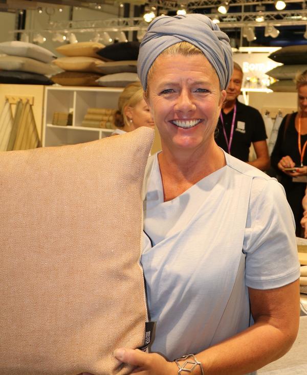 Lena Bergström arbetar som designer på Klässbols linneväveri som grundades 1928. Hon har tagit fram nya färgskalor för de klassiska mönstren från väveriet, här en kudde.