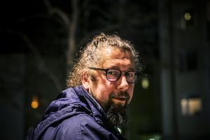 Bengt Larsson jobbar inom hemtjänsten i Östersunds kommun. Han har skrivit ett öppet brev till de styrande. Det går ut på att minska stressen och stoppa övervakningen av personalen.