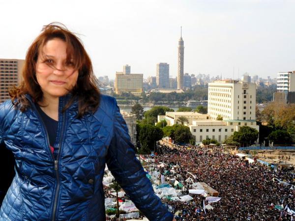 Miljonprotesterna. Mahitab Ezz El Din lyckades få tillåtelse att komma upp i en hög byggnad bredvid Tahrirtorget. Här kunde SVT-teamet få bra överblicksbilder över miljonproteserna.