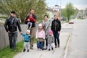 Stefan Hälsing, Christian Olars, Dagmara Hälsing och Elin Olars har lämnat in ett medborgarförslag, undertecknat av ett 30-tal grannar, som kräver att hastigheten längs Västergatan sänks.