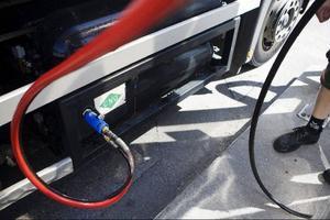 Det är svårt att se hur oljeberoendet ska minska utan att man tar itu med transportsektorns utsläpp och ger stöd till alternativ som biogas, skriver Karin Thomasson (MP).   Foto: SCANPIX
