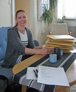 Folkhälsosamordnaren Mia Lindblom med enkätsvaren från eleverna på Perslundaskolan.