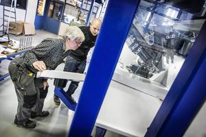 John-Birger Johansson och Marcus Wurschmidt-Wang provkör en detalj i företagets nya kuggfräs.