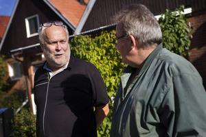 Gunnar Lidén, projektledare vid Söderhamn Nära i samtal med Christer Udenius som får sitt trädgårdsris upphämtat.