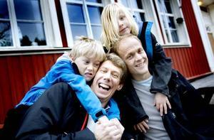 """VANN KAMPEN. Ulf Halleryd och Magnus Rosén kämpade för att Varva skola skulle få vara kvar. Nu går deras söner Max Halleryd och Oliver Rosén där. """"Det här borde kunna ingjuta mod i föräldrar som kämpar för andra skolor"""", säger Magnus Rosén. Foto: Jenny Lundberg"""
