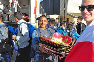 Mexico på plats. Under måndagskvällen rullade bussen med det mexikanska fotbollslaget in till Storsjöskolan.