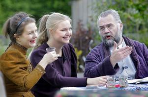 Irina och Masja Prozorov, spelade av Bonnica Sjöblom och Linda W Bunne tillsammans med Tjebutykin, läkare som är inneboende hos familjen Prozorov, spelad av Per Svensk.