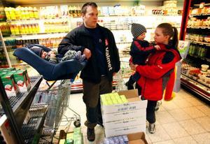Jimmy Boije och Moa Andersson från Skålan med barnen Zeb, 9 månader, och 2,5-årige Teo skulle sannolikt välja bort att handla på Coop om mjölken från Milko försvann därifrån. I dagsläget dricker familjen kring 15 liter mjölk i veckan. Det lär öka när grabbarna blir större.