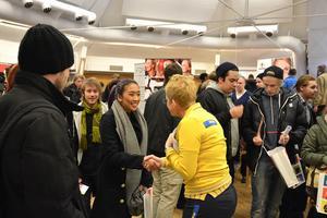 Patricia de la Cruz, 19 år, vill veta mer om sommarjobben på Ikea. Cecilia Hallstensson har 70 jobb att erbjuda, och intresset bland mässbesökarna är jättestort.
