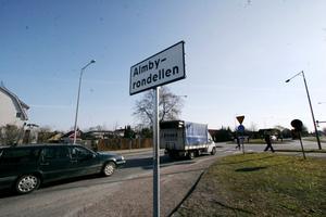 Almbyrondellen, en de rondeller i Örebro som nu skyltats upp med sitt rätta namn.