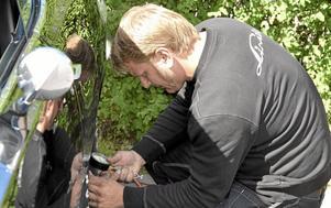 Rätt tryck. Joel Skoglund kollar däcktrycket före dagens andra start.