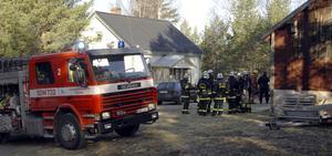 En person innebränd i villabrand. Foto: Nisse Schmidt.