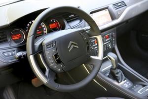 När du styr snurrar bara rattkransen. I och med att rattnavet står stilla kunde konstruktörerna optimera krockkuddens form för att ge bättre skydd.
