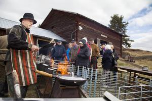 Stefan Carlén steker Kolbullar åt de frusna besökarna.