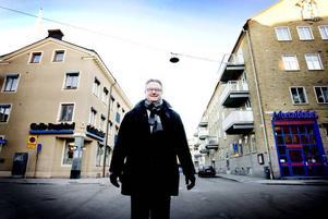 """LÄMNAR TIDNINGSKVARTEREN. Sammanslagningen mellan Arbetarbladets och Gefle Dagblads sportredaktioner blev betydligt bättre än Bengt """"Pucken"""" Persson hade vågat hoppas. Hans önskan inför pensioneringen är att det ska gå bättre för Brynäs. """"Går Brynäs till SM-final blir jag gästkrönikör"""", lovar han."""