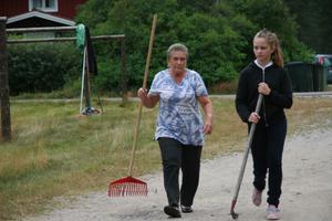 Krattor och räfsor och ett stort engagemang från såväl fastboende som sommargäster präglade slåtterdagen.
