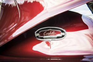 Under motorhuven finns bilens namn ingraverat.