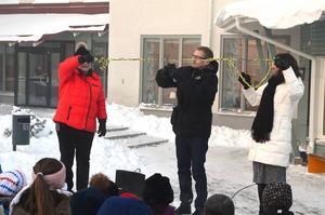 Här invigs Mariedalsskolan med bandklippning. Från vänster: Lisbeth Eklund (S) ordförande i barn- och utbildningsnämnden, rektor Robert Hedlund och förvaltningschef Ann-Christin Isaksson.