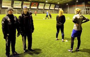 Äntligen igång. Tre gånger i veckan träffar lagledare Morgan Eriksson och tränare Henrik Wall tjejerna i NPBK:s nya damlag för träning.