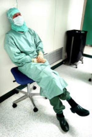 Kirurgen Arthur Jänes arbete är färdigt och det är dags för urologen Per Lindblad att ta över. Arthur passar på att vila en stund efter att ha stått vid operationsbordet i en och en halv timme.