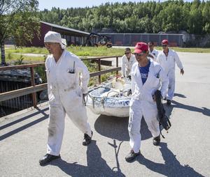 Besättningen är sysselsatta med dagliga rutiner, bland annat med underhållet av säkerhetsutrustningen.
