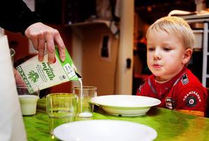 Ett av de sista glasen mellanmjölk hälls upp på Essviks förskola. Nu ska alla barn över tre år dricka lättmjölk.