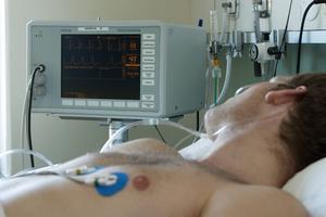 Livet skulle kunna räddas på många länsbor om det satsades på en bättre och mer effektiv eftervård, skriver företrädare för Hjärt-Lungfonden.