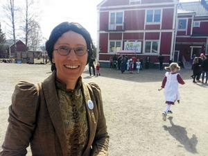 En glad rektor Sara Yngvesson framför 100-åringen i Gottne. Foto: Lars Westberg