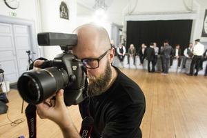 Fotografen Mattias Gustafsson hade fullt sjå med att få maffiamodellerna att se farliga ut.