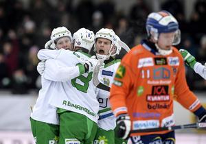 Hammarbys Per Einarsson (rygg, 8) kramas om efter sitt  2–0 mål mot Bollnäs på Zinkensdamm, 22 januari 2017.