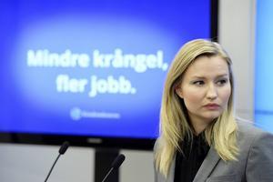 Kristdemokraternas partiledare Ebba Busch Thor presenterar ett förslaget om introduktionsanställningar under en pressträff i Riksdagens presscenter.