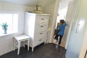 Fram tills för några år sedan dominerades badrummet av det blågröna kakel som jag som pojke tyckte var så vackert. Då var det bara dörr från sovrummet. Nu är det dörr även från allrummet.