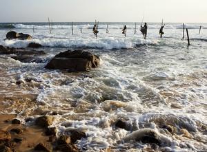 De flesta fiskarna som sitter på pålar gör det enbart för att få pengar av fotograferande turister men på vissa ställen fiskar de även.