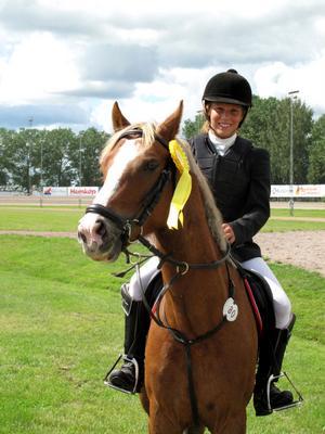 Amanda Hammarström på ponnyn Munsboro Cougar efter att de erövrat tredjeplatsen i den så kallade ackumulatorklassen.