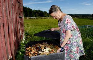 För inte fullt ett år sedan började Anna Kopp ifrågasätta varför hon och kusinen Ingvar Godin ska betala den fasta sopavgiften trots att hushållet inte genererar några sopor. Komposten slukar det lilla hushållsavfallet.