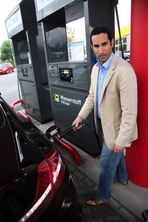 Väte under 350 bars tryck står det på pumpen vid Agip-macken utanför Frankfurt. Och det gäller att passa fingrarna. Bränslet håller en temperatur på cirka 260 minusgrader.Foto: Stefan Warter