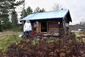 Kicki utanför sin verkstad i Gesunda. Hon håller fortfarande på att renovera den inför öppning nästa år.