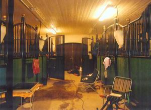 Stallet fungerade som hotell för arbetarna. Men de sanitära förhållandena gjorde det svårt att sköta sin personliga hygien, tvätta kläder och laga mat.